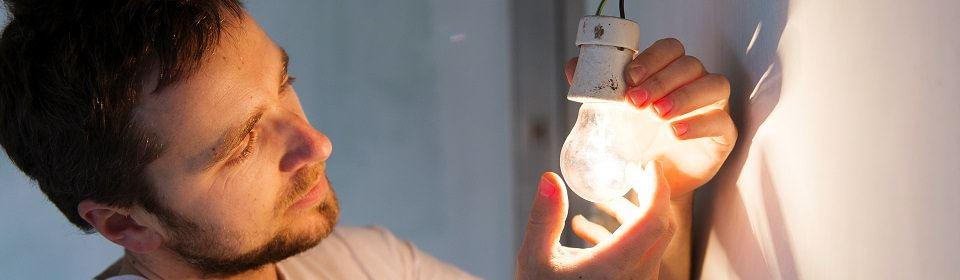 Lampje in fitting draaien